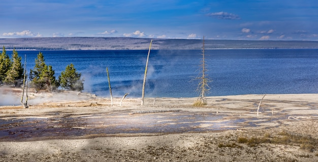 Panoramablick auf den yellowstone lake vom west thumb geysir