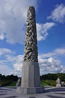 Panoramablick auf den zentralen obelisken aus skulpturen von menschen von gustav vigeland, frogner park, oslo, norwegen.