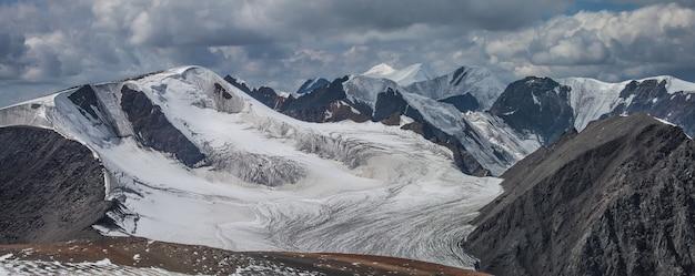 Panoramablick auf die berge und gipfel und den großen gletscher