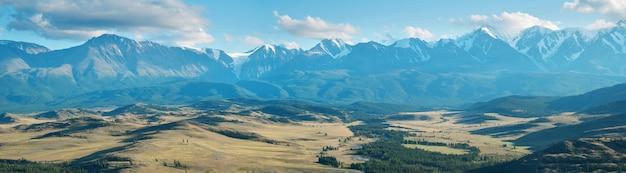 Panoramablick auf die bergkette an einem sommerabend