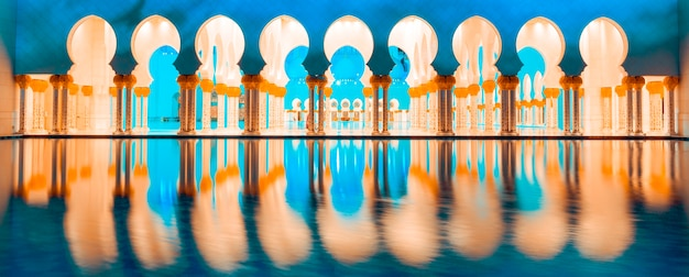 Panoramablick auf die berühmte moschee abu dhabi bei nacht, panoramablick.