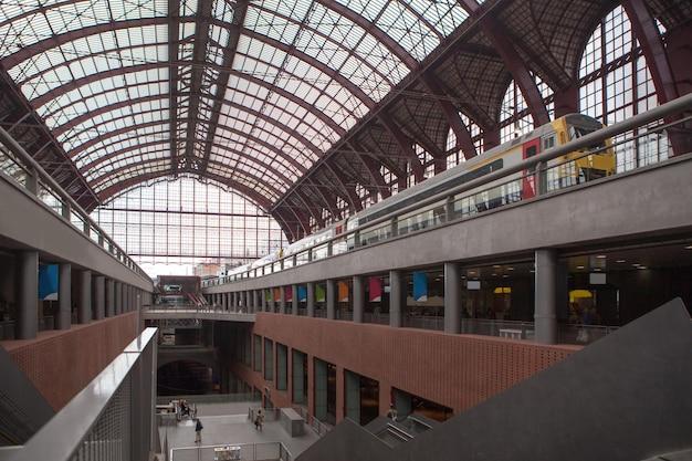 Panoramablick auf die etagen mit einem zug auf dem bahnsteig antwerpener hauptbahnhof