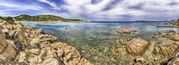 Panoramablick auf die ikonische spiaggia del principe, einen der schönsten strände in costa smeralda, sardinien, italien