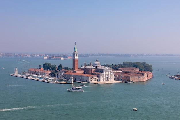 Panoramablick auf die insel san giorgio maggiore vom campanile des markusplatzes. landschaft des sommertages und des sonnigen blauen himmels