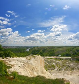 Panoramablick auf die kreideberge.