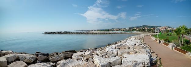 Panoramablick auf die küste von san benedetto del tronto meer adria