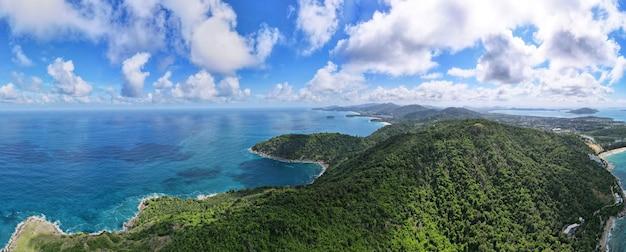 Panoramablick auf die landschaft der naturlandschaft berg und meer in der reisereise phuket thailand 2021