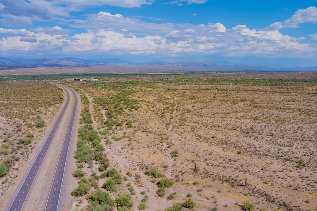 Panoramablick auf die lange wüstenautobahn in den bergen arizona street road trips die usa