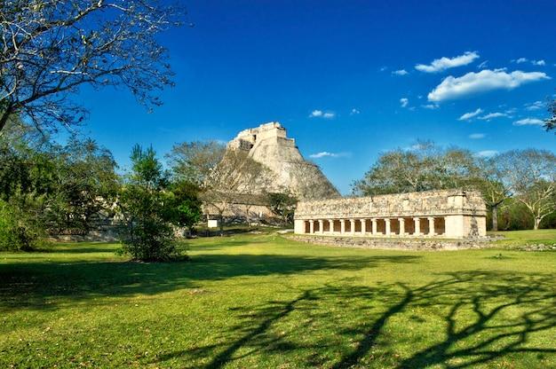 Panoramablick auf die maya-pyramide in ihrer gesamtheit im archäologischen gebiet von uxmal auf der halbinsel yucatan. panoramablick auf die pyramide des hauses des adivino