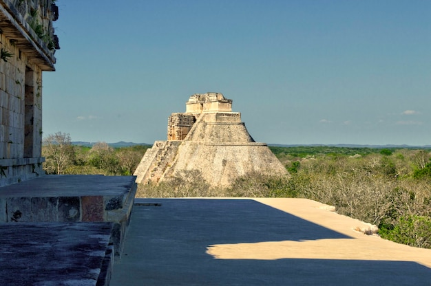 Panoramablick auf die maya-pyramide in ihrer gesamtheit im archäologischen gebiet von uxmal auf der halbinsel yucatan. pyramide des hauses des adivino