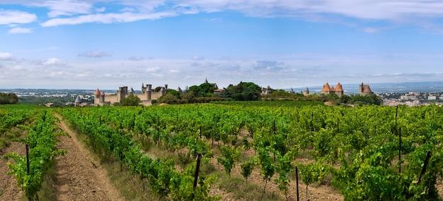 Panoramablick auf die mittelalterliche stadt carcassonne in frankreich