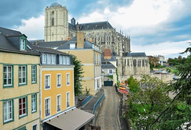 Panoramablick auf die mittelalterliche stadt le mans und die kathedrale saint julien, france