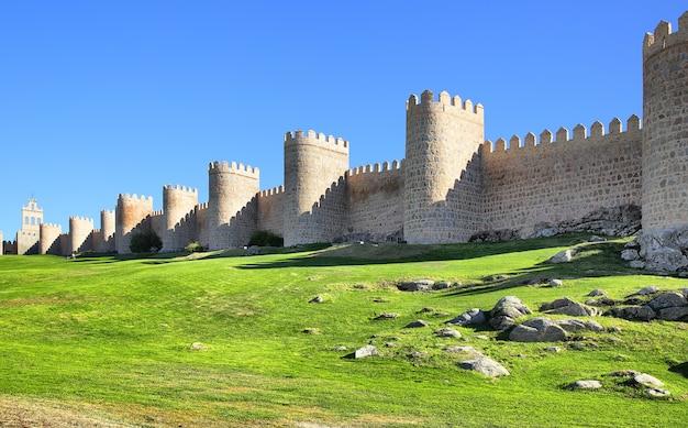Panoramablick auf die mittelalterliche stadtmauer von avila, spanien