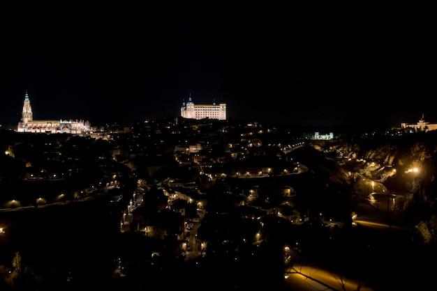 Panoramablick auf die nachts beleuchtete stadt toledo.