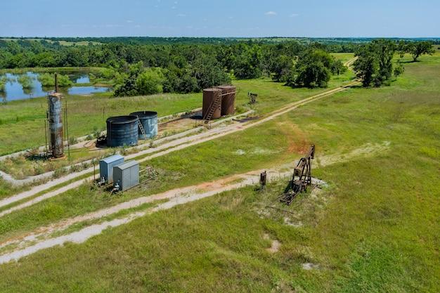 Panoramablick auf die pumpenbuchse auf der ölgaspumpenbuchse im feld hinter oklahoma, usa