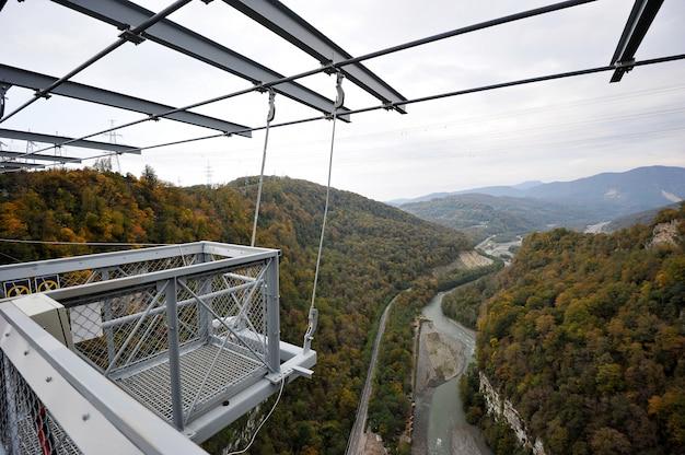 Panoramablick auf die schlucht mit der längsten hängebrücke der welt, sotschi, russland