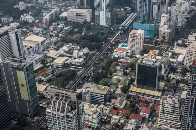 Panoramablick auf die skyline von bangkok von oben vom gipfel des king power mahanakhon wolkenkratzer mit 78 stockwerken, thailands höchstem beobachtungsgebiet im freien
