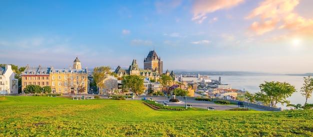 Panoramablick auf die skyline von quebec city mit dem sankt-lorenz-strom in kanada