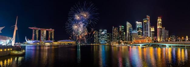 Panoramablick auf die skyline von singapur und das schöne feuerwerk in marina bay