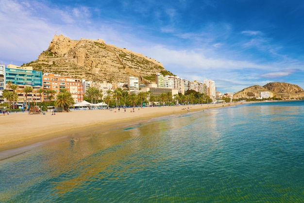 Panoramablick auf die stadt alicante und den strand el postiguet, mediterranes reiseziel in spanien