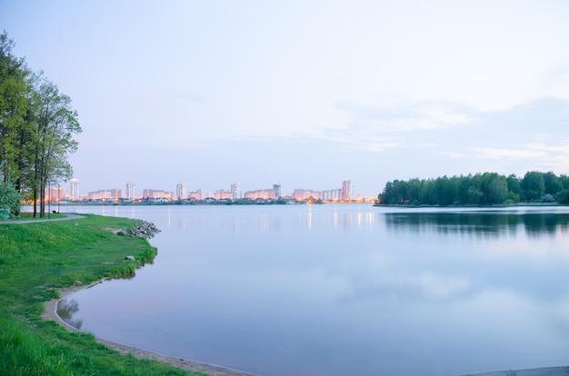 Panoramablick auf die stadt bei nacht in den lichtern