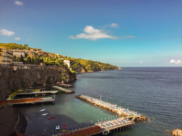 Panoramablick auf die stadt, das meer und den strand am sonnigen tag.sorrento.italien.