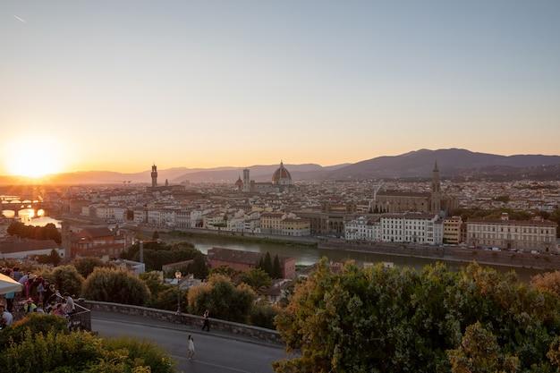 Panoramablick auf die stadt florenz mit cattedrale di santa maria del fiore und palazzo vecchio vom piazzale michelangelo (michelangelo-platz). sonniger sommertag und dramatischer blauer himmel