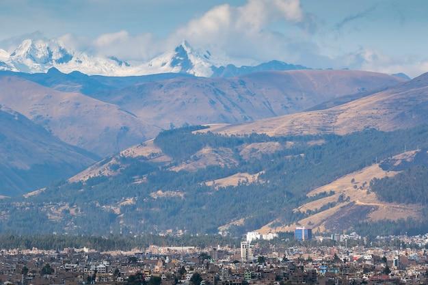 Panoramablick auf die stadt huancayo am fuße der imposanten berge und des schneebedeckten huaytapallana