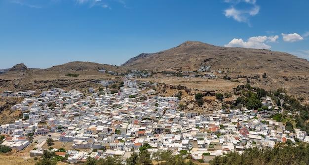 Panoramablick auf die stadt lindos. rhodos-insel, griechenland