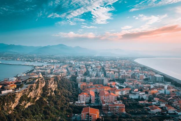 Panoramablick auf die stadt milazzo