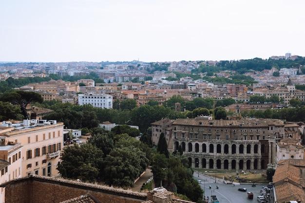 Panoramablick auf die stadt rom mit forum romanum und marcellustheater (teatro marcello) ist ein antikes freilichttheater in rom