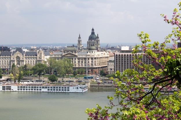Panoramablick auf die stadt und den fluss am frühlingstag