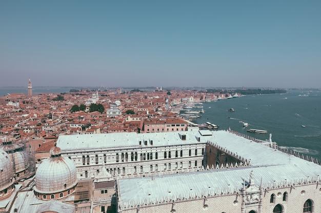 Panoramablick auf die stadt venedig mit historischen gebäuden und küste von st. mark's campanile. landschaft des sommertages und des sonnigen blauen himmels