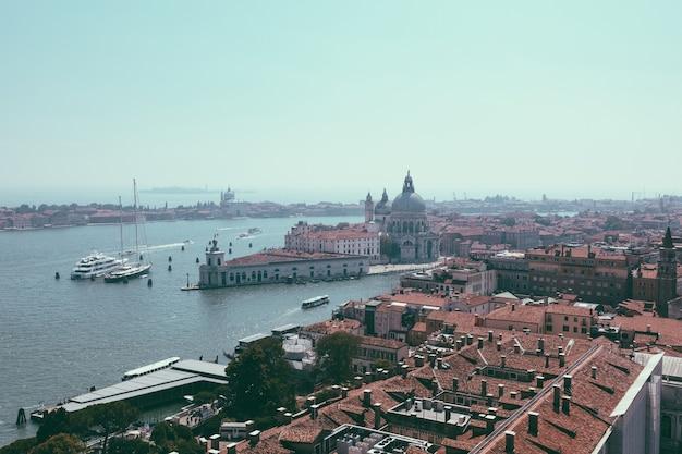 Panoramablick auf die stadt venedig und die basilika santa maria della salute (heilige maria der gesundheit) vom campanile des markus (campanile di san marco). landschaft des sommertages und des sonnigen blauen himmels