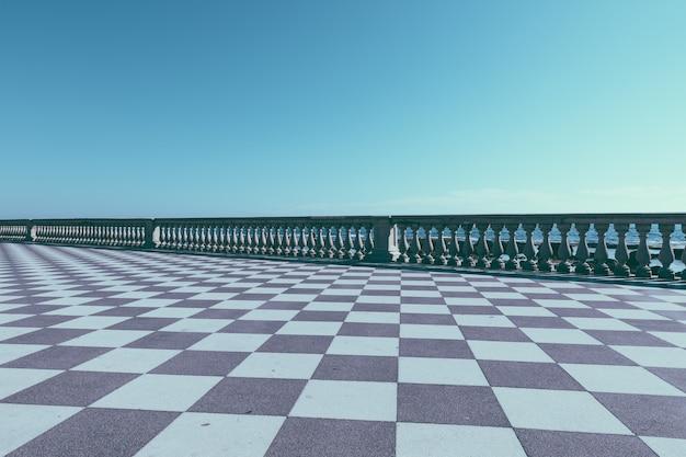 Panoramablick auf die terrazza mascagni (mascagni-terrasse) vor dem ligurischen meer an der westküste der toskana in livorno. die leute gehen und ruhen sich auf der terrasse aus