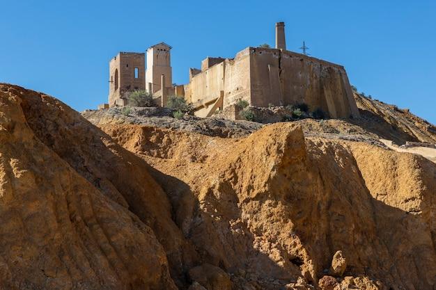 Panoramablick auf die überreste der verlassenen minenanlagen in mazarron murcia spanien