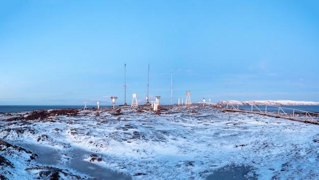Panoramablick auf die wetterstation auf teriberka im winter