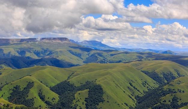 Panoramablick auf die wolken über den hügeln in der nähe des mount elbrus.