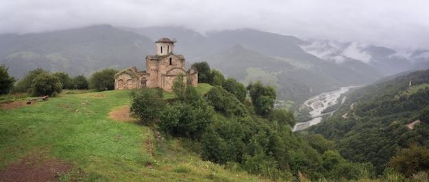 Panoramablick auf ein altes kloster auf einem berg im kaukasus in russland.