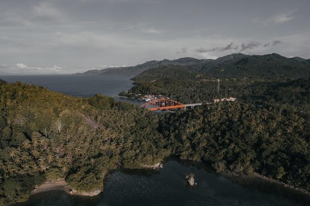 Panoramablick auf ein kleines küstendorf auf einer insel auf den philippinen