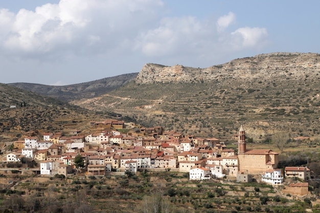 Panoramablick auf ein kleines malerisches dorf in der provinz teruel