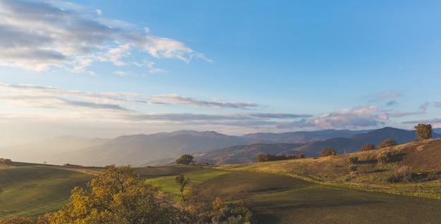 Panoramablick auf eine ländliche landschaft im süden italiens