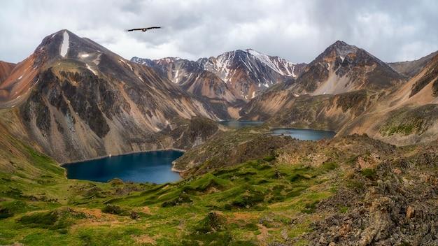 Panoramablick auf einen sauberen bergsee im altai. schöner türkisfarbener see. ungewöhnlicher transparenter see in der herbstzeit.