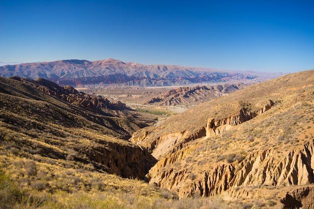 Panoramablick auf erodierte gebirgskette und schluchten um tupiza. von hier aus starten sie den herausragenden 4-tägigen roadtrip nach uyuni salt flat, einem der wichtigsten reiseziele in bolivien.