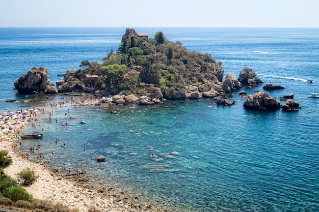 Panoramablick auf isola bella (wunderschöne insel): kleine insel in der nähe von taormina