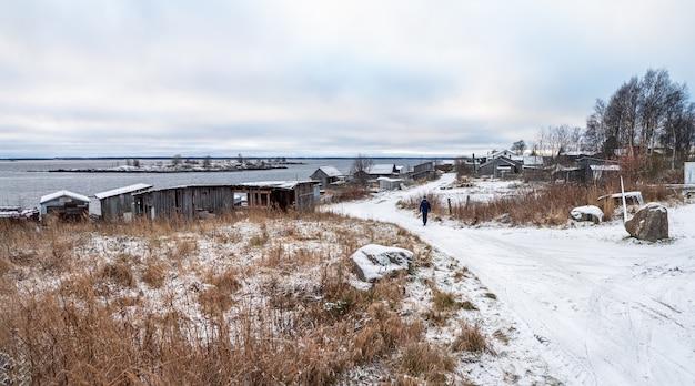Panoramablick auf kem. fischerdorf rabocheostrowsk am ufer des weißen meeres.