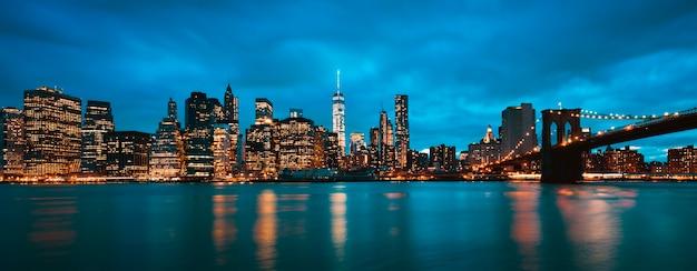 Panoramablick auf new york city manhattan midtown in der abenddämmerung