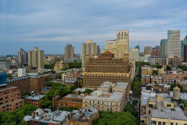 Panoramablick auf new york city von landschafts-skyline-gebäuden in der auf einer autobahn, die durch brooklyn-ansicht in der nähe des hudson river verläuft?