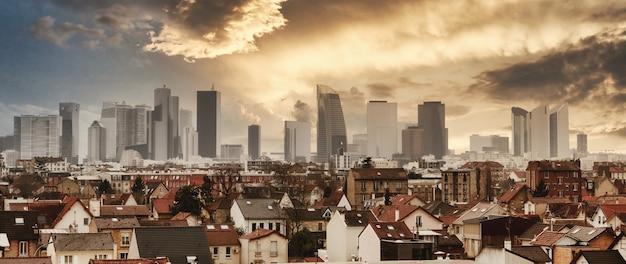 Panoramablick auf paris la defense mit einzelnen häusern
