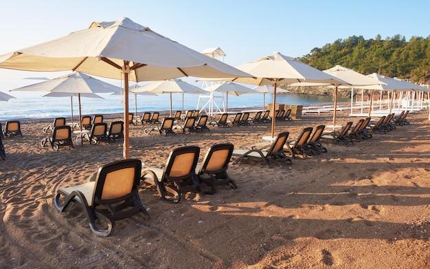 Panoramablick auf privaten sandstrand mit sonnenliegen vom meer und den bergen. amara dols vita luxushotel. resort. tekirova kemer. truthahn.